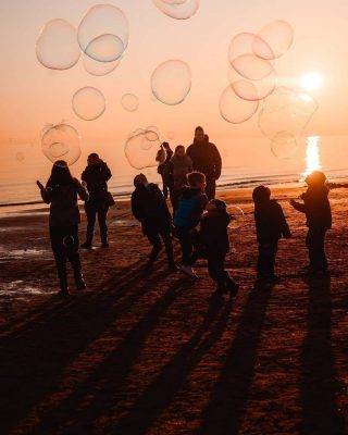 Dancing bubbles for dancing kids 🌈🍭  Thanks 📸 @youknowfede   #discoverbibione #differentepernatura #bibione #bubble #bubbles #kids #family #familytime #familyfirst #sealovers #sunset